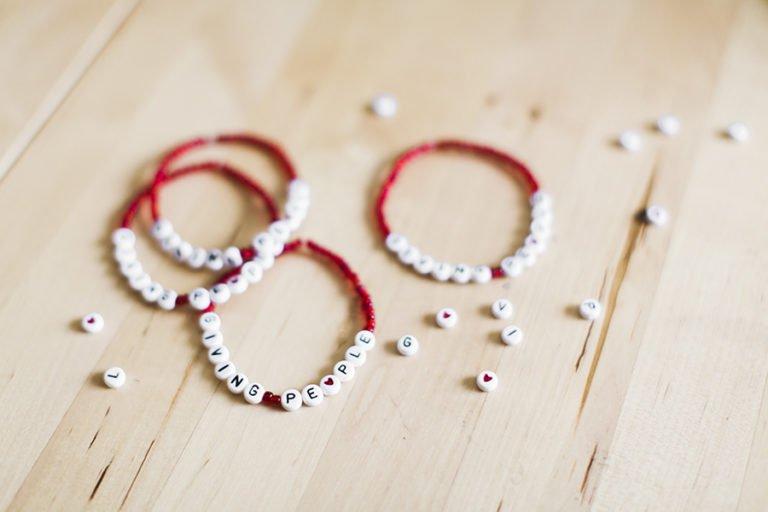 armband och pärlor på bord