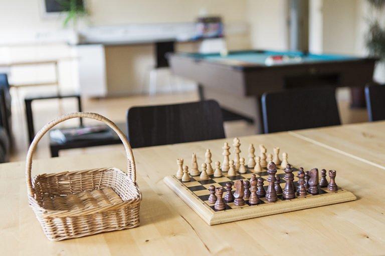 schackspel på bord