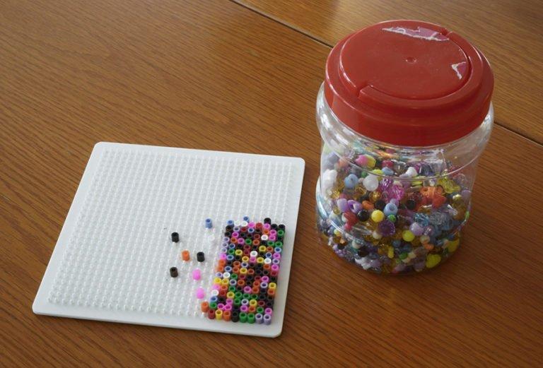pärlplatta och pärlor