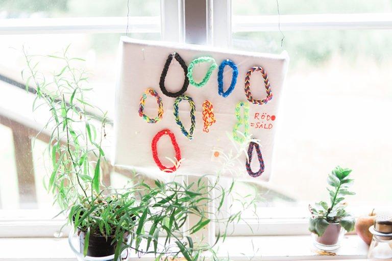 armband på vit duk i fönster