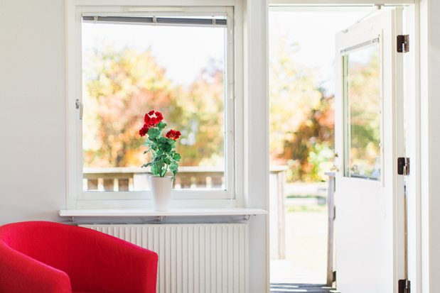 bostad fönster och fåtölj