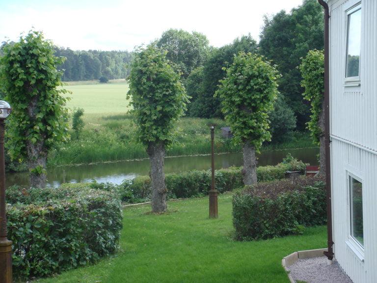 Brostugegården trädgård vit husknut